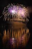 在水的美丽的五颜六色的烟花浮出水面有干净的黑背景 乐趣节日和Firefig国际比赛  库存图片