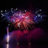 在水的美丽的五颜六色的烟花 布尔诺水坝 国际烟花竞争Ignis Brunensis 布尔诺-捷克-欧元 免版税库存图片