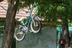 在绳索的老孩子` s自行车吊 免版税库存照片