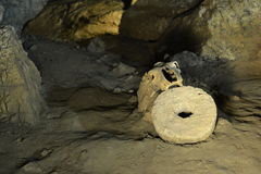 在洞的老头骨与老手工制造工具 库存照片