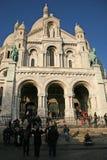 在巴黎的耶稣圣心的大教堂的附近游人 库存照片