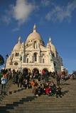 在巴黎的耶稣圣心的大教堂的附近游人 免版税库存照片
