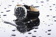 在轻的背景丙烯酸酯的手表 免版税库存照片