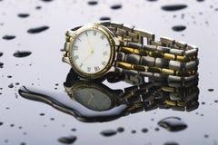 在轻的背景丙烯酸酯的手表 免版税图库摄影