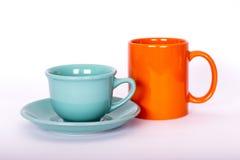 在轻的背景的两个明亮的颜色杯子 免版税库存照片