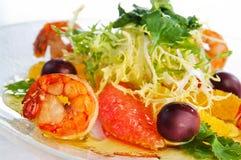 在轻的背景的海鲜沙拉 免版税库存图片