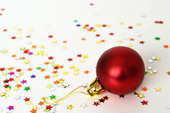 在轻的背景的红色圣诞节中看不中用的物品 图库摄影