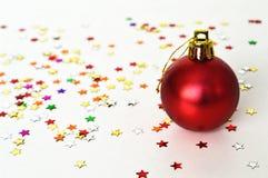 在轻的背景的红色圣诞节球 库存照片