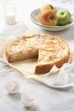 在轻的背景的苹果饼 库存照片
