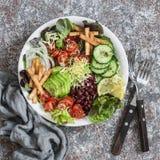 在轻的背景的菜、豆、鲕梨和乳酪沙拉,顶视图 可口的开胃菜 库存图片