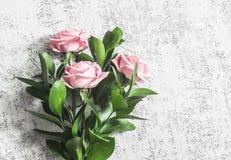 在轻的背景,顶视图的桃红色玫瑰 软绵绵地集中 背景横幅开花表单少许桃红色螺旋 库存图片