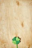 在轻的胶合板背景的Origami纸绿色三叶草三叶草叶子 库存图片