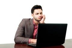 年轻在他的膝上型计算机的律师读的新的法律 免版税库存图片