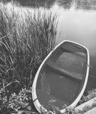 在水的自然小船 免版税库存图片