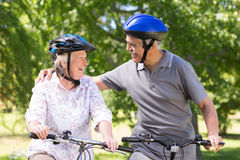 在他们的自行车的愉快的资深夫妇 库存图片
