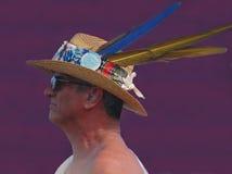在他的草帽的三根羽毛Jazzfest的 免版税库存照片