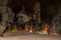在洞的菩萨雕象 免版税库存照片