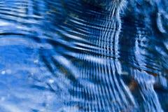 在水的蓝色波纹 免版税库存照片