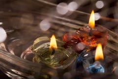 在水的蜡蜡烛与bokeh 免版税库存图片