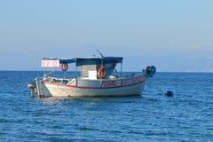 在水的跳开的小船 库存图片