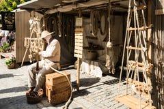 在他的车间前面的历史的Ropemaker 图库摄影