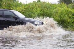 在洪水的车 免版税库存照片