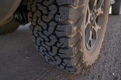 在4x4的轮胎公路车辆 免版税库存照片