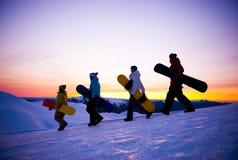 在他们的途中的人们下雪搭乘 库存照片
