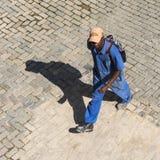 在他的途中的古巴工作者工作 库存照片