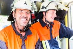 在他们的途中的消防队员射击地面 免版税库存照片