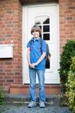 在他的途中的逗人喜爱的学生男孩对第一天在学校 库存图片