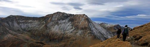 在他们的途中的登山人对高山在罗马尼亚 图库摄影