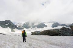 在他的途中的登山家攀登大格洛克纳山 免版税库存照片