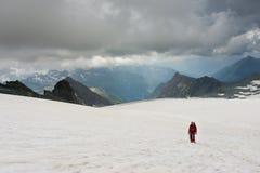 在他的途中的登山家攀登大格洛克纳山 库存图片