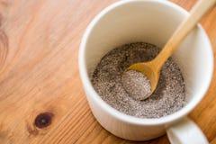在1的速溶咖啡粉末3;与奶粉和糖混合在杯子 免版税库存图片