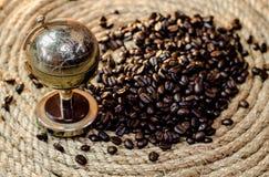 在黄麻的金黄地球咖啡豆系住 库存图片