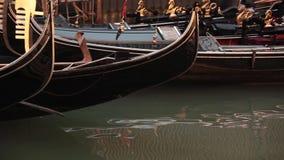在水的长平底船在威尼斯 股票录像