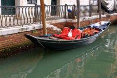 在水的长平底船在运河在威尼斯,意大利 库存图片