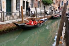 在水的长平底船在运河在威尼斯,意大利 免版税库存图片