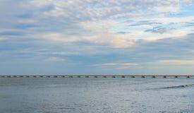 在水的长的具体桥梁在海 免版税库存图片