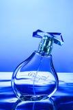 在水的香水瓶 免版税库存图片