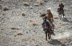 在他的马的蒙古游牧人老鹰猎人 免版税库存图片