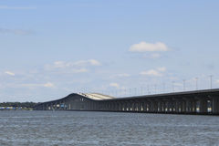在水的高速公路桥梁 库存照片