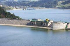 在水的水坝 免版税库存照片