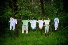 在绳索的婴孩衣裳 图库摄影