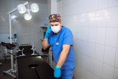 在他的医疗办公室篡改有电话 医院的概念 免版税库存照片