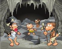 在洞穴的滑稽的史前家庭。 免版税图库摄影