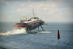在水的水翼艇小船 免版税库存照片