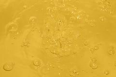 在水的黄色泡影 库存图片