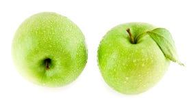在水滴的绿色苹果  免版税图库摄影